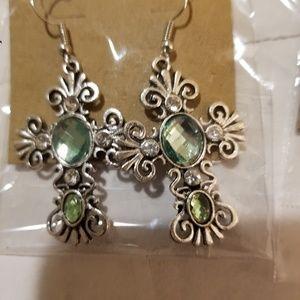 Jewelry - Green gemstone antiqued earings